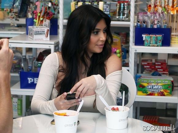 kim-kardashian-boobs-04042013-21-580x435