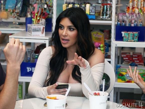 kim-kardashian-boobs-04042013-22-580x435
